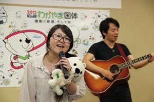 「明日へと」を熱唱する宮本さん㊧と平阪さん