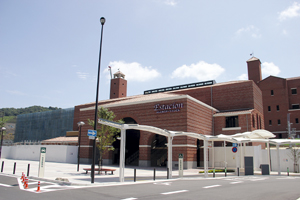 完成したエスタシオン。左は建設中の立体駐車場