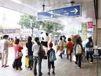 ブース周辺に集まる駅利用者(広島駅南口で撮影)