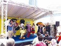 夏たびin岡山のステージ(岡山駅前広場で撮影)