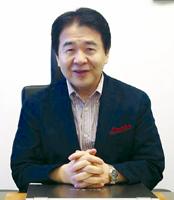 祝福する竹中氏。先日の創刊20周年記念祝賀会で紹介されたビデオメッセージから