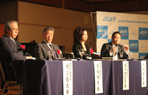 歴代理事長を迎えた討論会(右から=大城理事長、西平さん、宮本さん、村上さん)