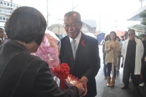花束を受け取る中芝市長