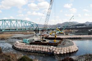 橋脚工事が進む諸井橋上流側