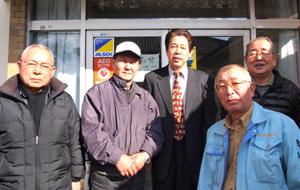 運動に取り組む吉川会長 (左から2番目) と皆さん
