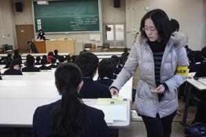 試験に臨む高校生ら(和大試験場第2試験室)