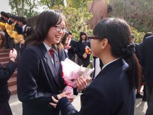 在校生から花束を贈られる卒業生