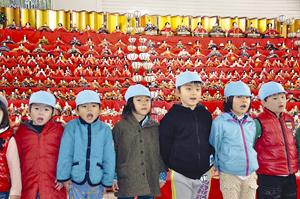 ひな壇の前でかわいく歌う日方幼稚園の園児
