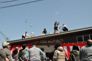 餅をまく西川理事長(右から2人目)