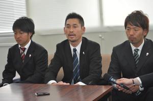 会見する (左から) 田丸主将、 河村監督、 阿部選手会長