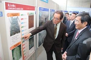 新しい展示パネルについて片田教授㊧が仁坂知事らに説明した