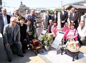 墓石を囲み、山本副住職、アントニー氏、名取家縁者ら皆さん
