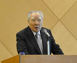 講演する鈴木会長