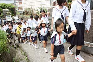 中学生に誘導され避難する園児