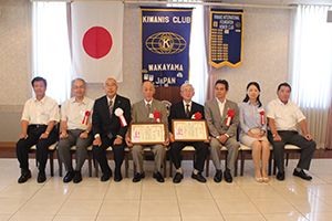 左3番目から順に、前田会長、濵さん、栗本校長