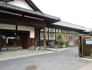 国の重要文化財に答申された旧尋常高等小学校校舎(県教委提供)