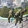 天守閣の屋根を清掃する自衛隊員