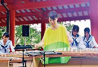 演奏する西さんと高校生(熊野那智大社)