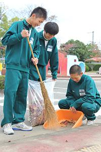 落ち葉を集める生徒(交通公園)