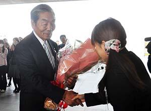 職員から花束を受け取る中村市長