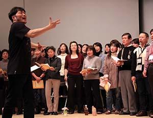 岩村さんの力強い指導を受ける団員たち