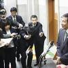 記者団の質問に答える仁坂知事