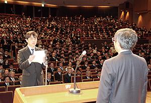 県庁の仕事始め式で決意を述べる山中さん