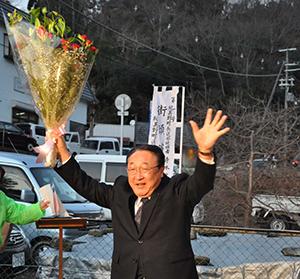 花束を掲げて笑顔の寺本さん