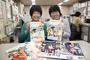 「市報わかやま」を担当する有田さん㊧と古谷さん