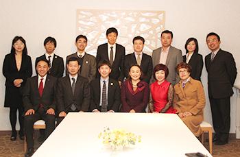 大連市一行と歓迎した県関係者ら(前列右から3人目が王会長)