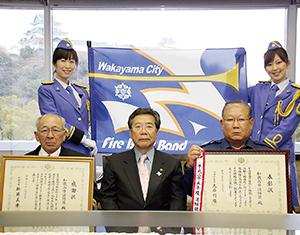 大橋市長を訪問した芝本団長(前列左)ら