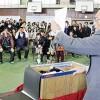 タイムカプセルを開封する浅田さん㊨と卒業生