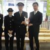 目録を渡した大塚会長㊨と、山路副駅長(右から2番目)