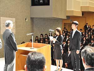 宣誓する浅井さん㊨と青木さん