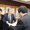 大橋市長㊨から感謝状を贈られる藤本さん夫妻