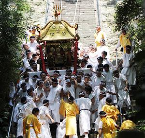 和歌祭の見せ場「神輿おろし」