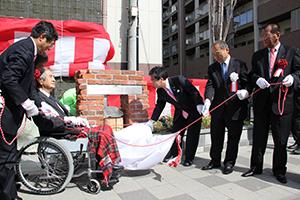 けやきガーデンの完成式典に臨む竹中さん(左から2人目)