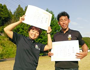男女アベック優勝した伊藤さん㊧と金谷さん