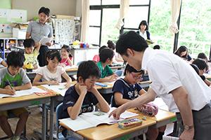 和歌山の果物について学ぶ児童