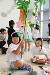 完成したササ飾りを手に園児たち