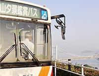 車内から瀬戸の夕景を楽しむ乗客(倉敷市)