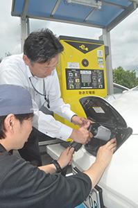 岡田店長から説明を受けて充電する利用者