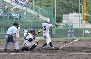 3回、追加点となる左越え2塁打を放つ出島(和歌山東)