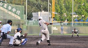 サヨナラの2塁打を放つ阿部(市立和歌山)