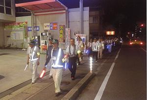 誘導灯を持ち避難する参加者