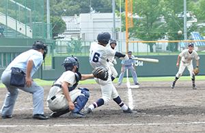 9回表、1死満塁、逆転の2塁打を放つ橋本進(那賀)