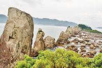 岩柱が特徴的な「橋杭岩」。奥に「くしもと大橋」が見える