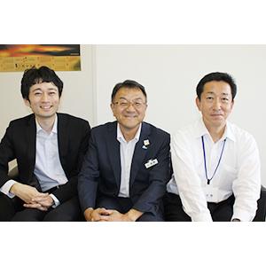 日本政策金融公庫広報部の山口崇夫さん㊧、同和歌山支店の加野浩之支店長㊥、大曲信之さん