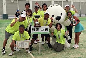準優勝した和歌山市チーム(県テニス協会提供)