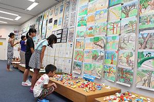授業で制作した作品が並ぶ会場